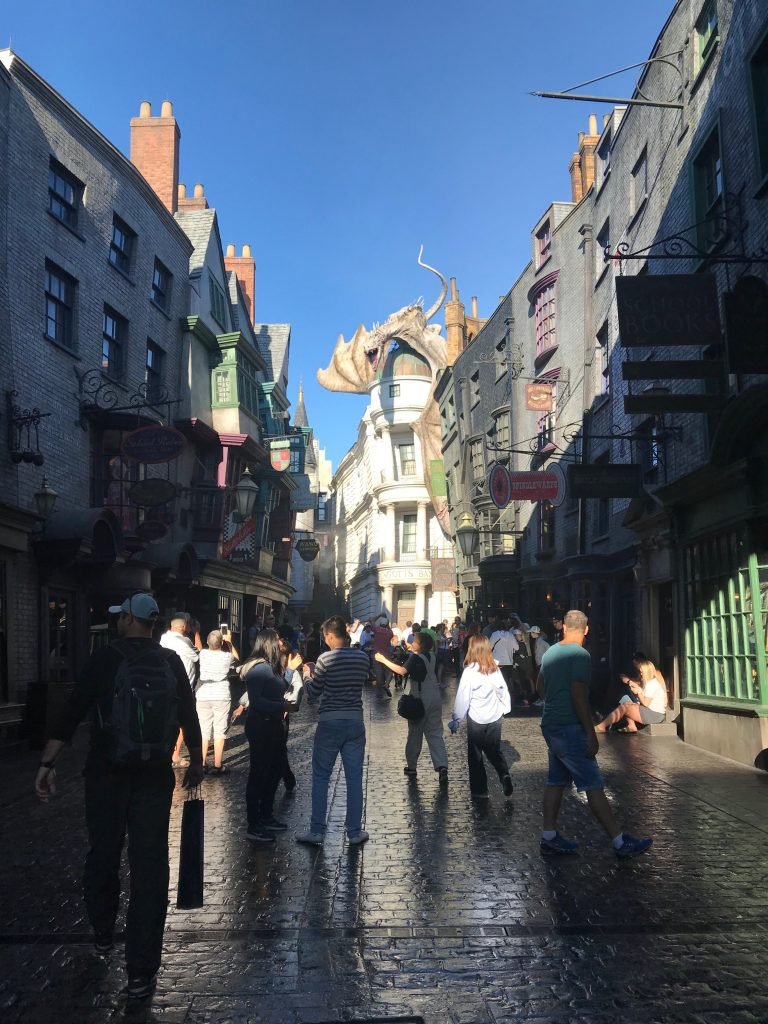 Organize a trip to Universal Studios Orlando. Stay inside your budget for your family vacation by taking advantage of off season pricing! #universalstudios #orlando #familyvacation #budget